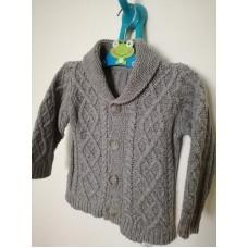Šedý svetr na knoflíky