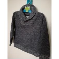 Šedý svetr s límcem a knoflíčkem