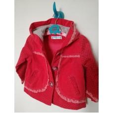 Červený kabát s puntíky