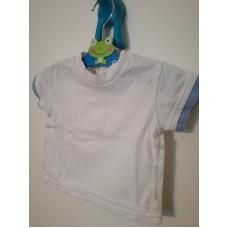 Bílé triko se zapínáním vzadu u krku na knoflíky