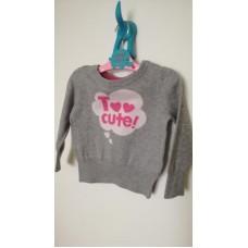 Šedý svetr s růžovým nápisem