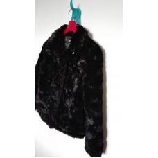 Černý chlupatý kabát